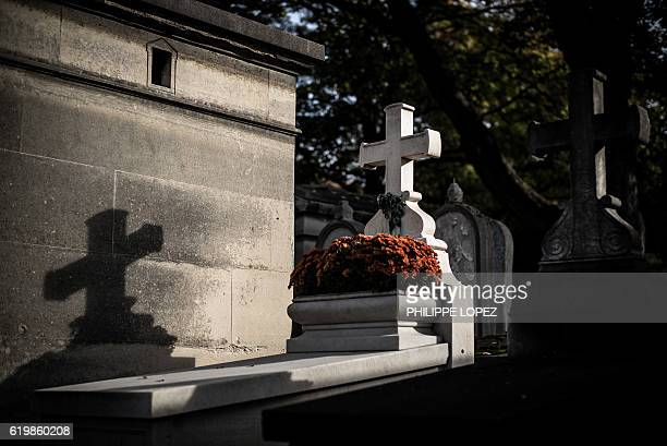 A picture taken at the Pere Lachaise cemetery in Paris on November 1 2016 during All Saints' Day in Paris shows a grave / AFP / PHILIPPE LOPEZ