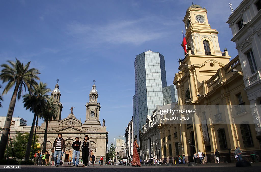 Picture taken at the Plaza de Armas square in Santiago, taken on the 475th anniversary of the city's foundation, on February 12, 2016. The Chilean capital was founded by Spanish conquistador Pedro de Valdivia, in 1541. AFP PHOTO / CLAUDIO REYES / AFP / Claudio Reyes
