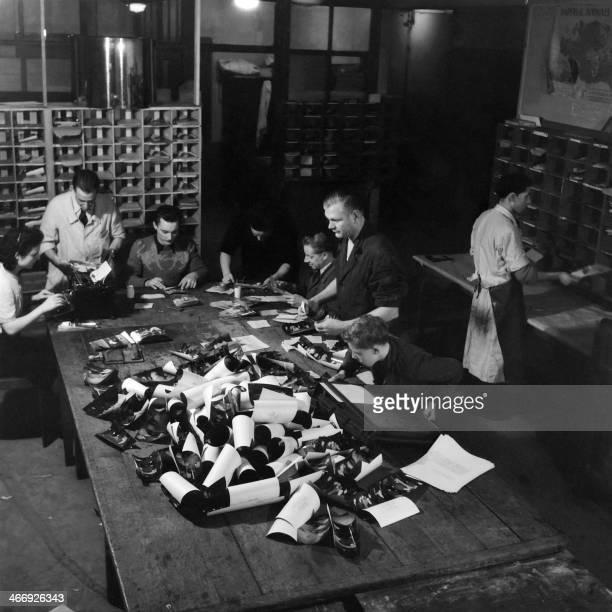 Picture taken in 1946 shows the Agence France-Presse photo desk. PHOTO ERIC SCHWAB En 1946, des employés du service photographique de l'Agence...