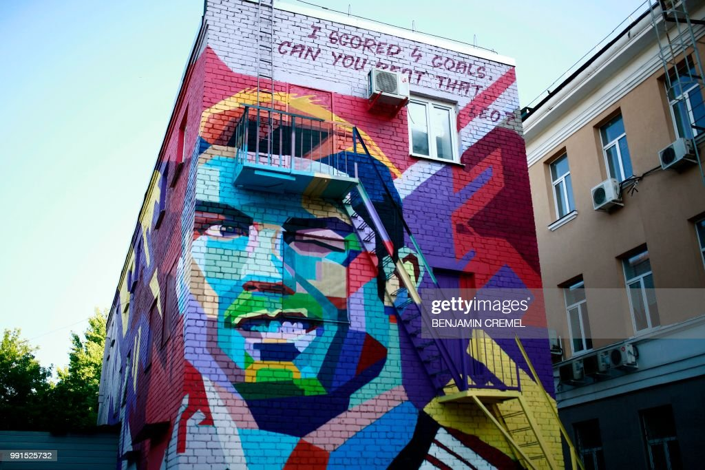 TOPSHOT - A picture taken in Kazan on July 4, 2018 shows a mural depicting Portugals' forward Cristiano Ronaldo. (Photo by Benjamin CREMEL / AFP) / RESTRICTED