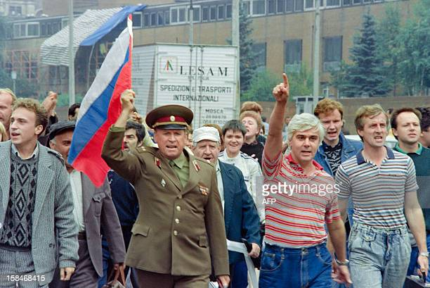 Picture taken in Moscow on August 20, 1991 shows a group of Yeltsin supporters, including a Soviet colonel with the Russian flag, walking towards the...