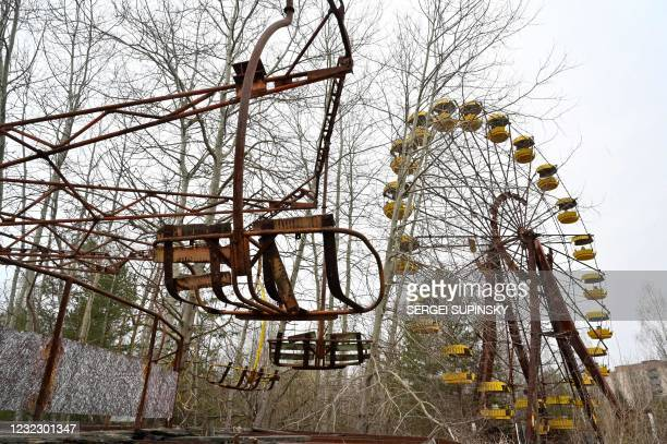 Picture taken on April 13, 2021 shows a ferris wheel in an abandoned amusement park in the ghost town of Pripyat near the Chernobyl Nuclear Power...