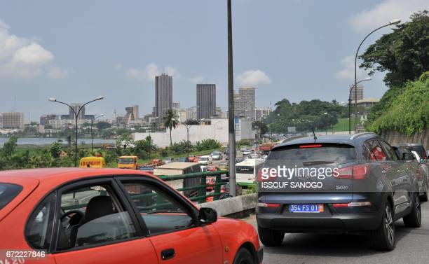 A picture taken on April 20 2017 shows traffic jam at the entrance of Le Plateau business district of Abidjan / AFP PHOTO / ISSOUF SANOGO