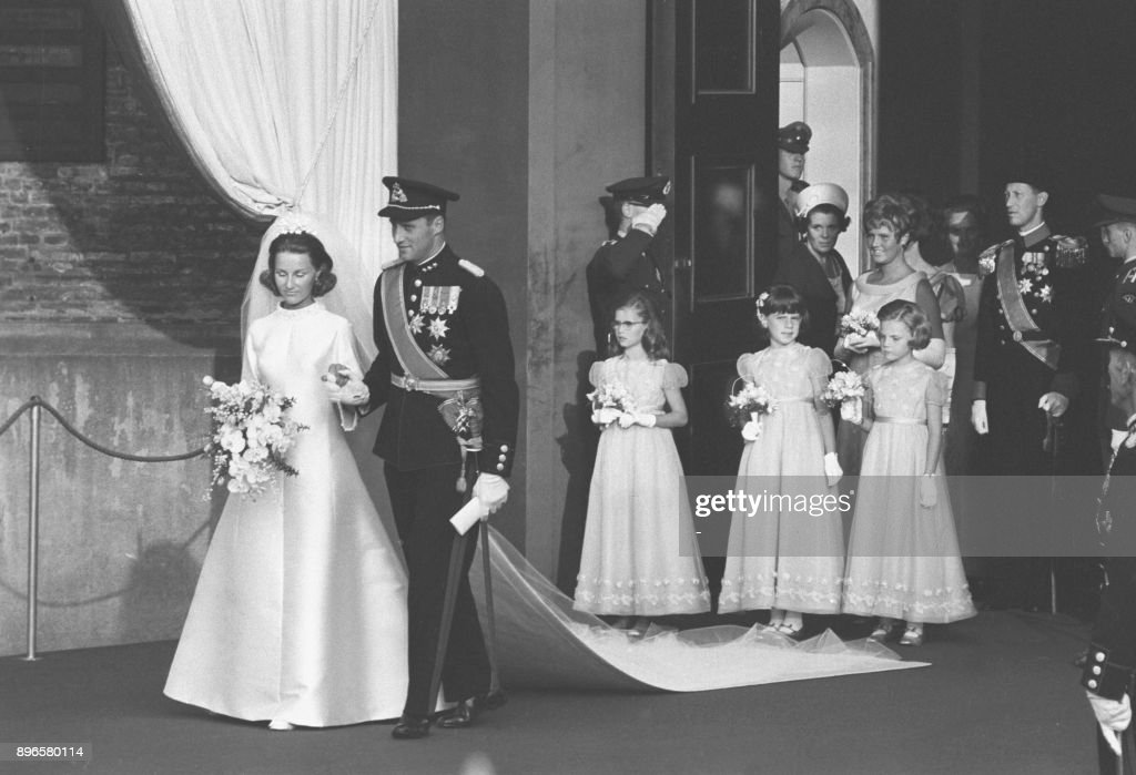 A picture taken on August 29, 1968 shows Norway's Crown Prince Harald and Sonja Haraldsen on their way out of the Oslo Cathedral during their wedding ceremony. / AFP PHOTO / NTB scanpix AND VG / - / Norway OUT