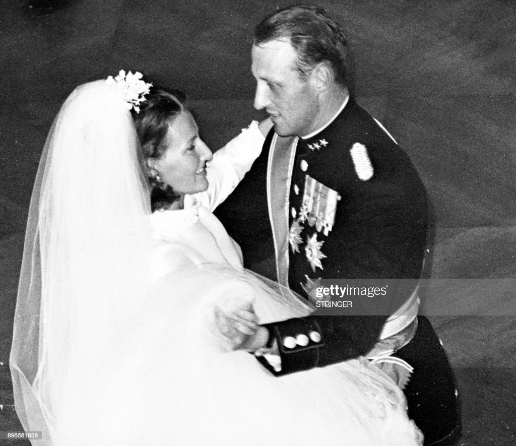 A picture taken on August 29, 1968 shows Norway's Crown Prince Harald and Sonja Haraldsen dancing at the Royal Palace during their wedding. / AFP PHOTO / NTB Scanpix / STRINGER / Norway OUT