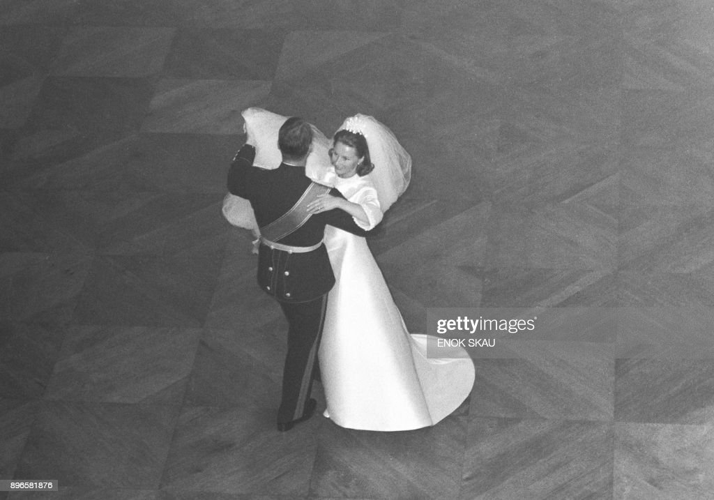 A picture taken on August 29, 1968 shows Norway's Crown Prince Harald and Sonja Haraldsen dancing at the Royal Palace during their wedding. / AFP PHOTO / NTB scanpix / Enok SKAU / Norway OUT
