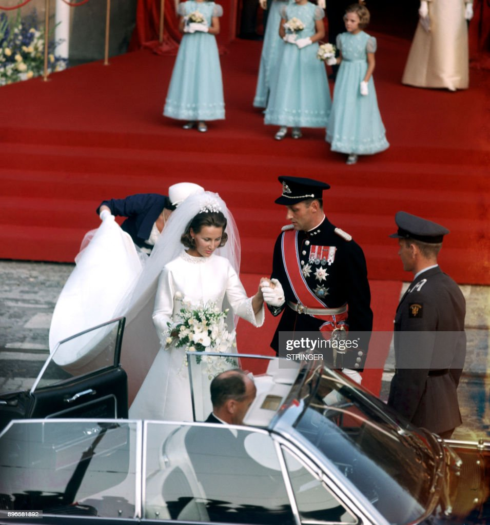 A picture taken on August 29, 1968 shows Norway's Crown Prince Harald and Sonja Haraldsen leaving the Oslo Cathedral during their wedding ceremony. / AFP PHOTO / NTB Scanpix AND Aktuell / STRINGER / Norway OUT