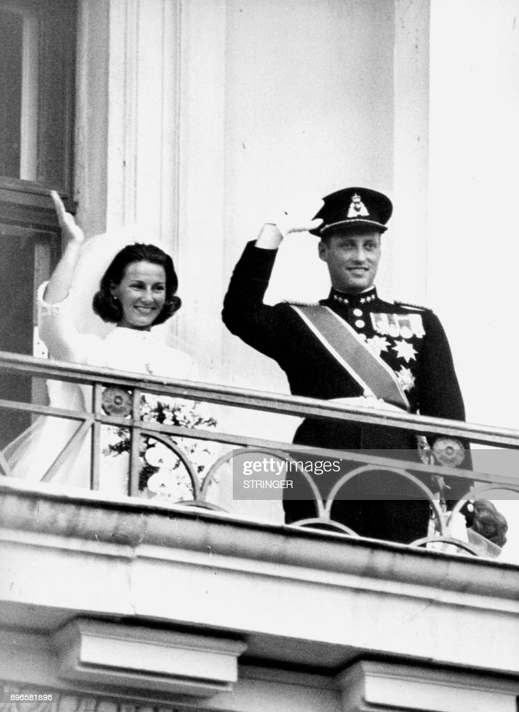 A picture taken on August 29, 1968 shows Norway's Crown Prince Harald and Sonja Haraldsen wave to the crowd from the Royal Palace's balkony during their wedding. / AFP PHOTO / NTB Scanpix AND Aktuell / STRINGER / Norway OUT
