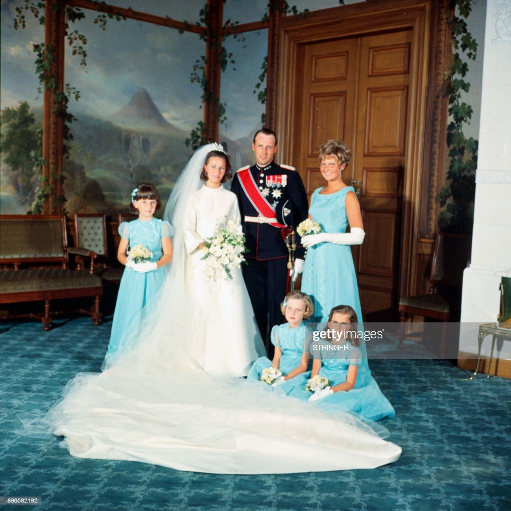 A picture taken on August 29, 1968 shows Norway's Crown Prince Harald and Sonja Haraldsen posing with their bridesmaids (Ian Henriksen, Anita Henriksen, Lis Haraldsen and Ingeborg Lorentzen) at the Royal Palace after the wedding ceremony. / AFP PHOTO / NTB Scanpix / STRINGER / Norway OUT