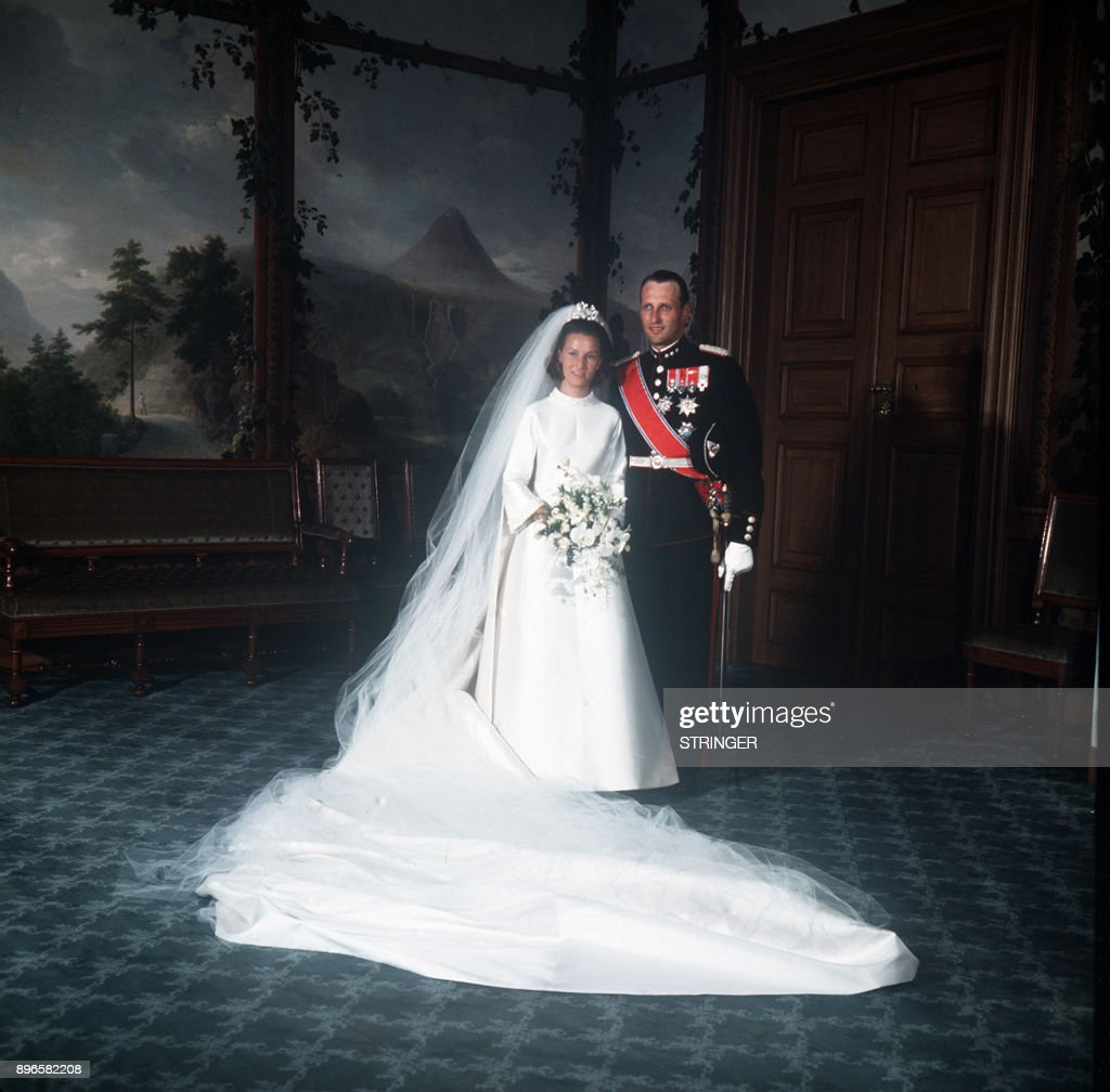 A picture taken on August 29, 1968 shows Norway's Crown Prince Harald and Sonja Haraldsen posing at the Royal Palace after the wedding ceremony. / AFP PHOTO / NTB Scanpix / STRINGER / Norway OUT