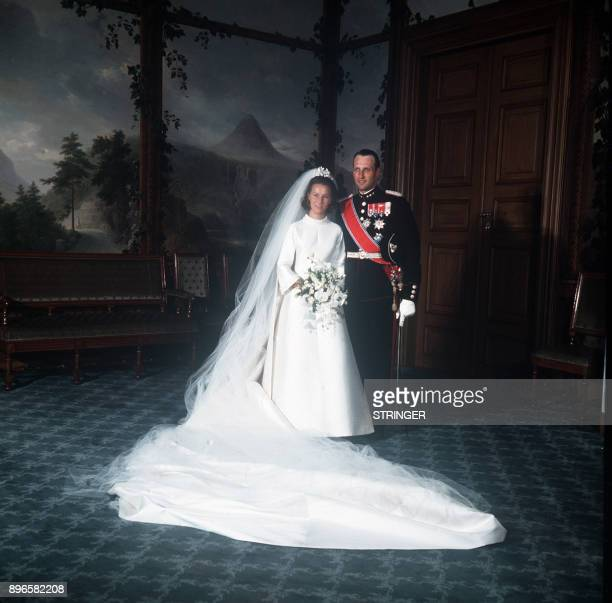 A picture taken on August 29 1968 shows Norway's Crown Prince Harald and Sonja Haraldsen posing at the Royal Palace after the wedding ceremony / AFP...