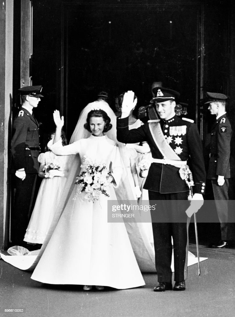 A picture taken on August 29, 1968 shows Norway's Crown Prince Harald and Sonja Haraldsen waving as they leave the Oslo Cathedral during their wedding. / AFP PHOTO / NTB scanpix / STRINGER / Norway OUT