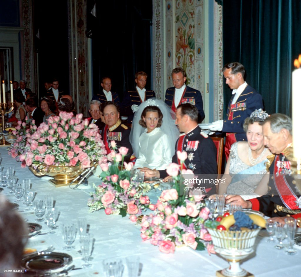 A picture taken on August 29, 1968 shows Norway's Crown Prince Harald and Sonja Haraldsen during their wedding diner at the royal palace in Oslo. / AFP PHOTO / NTB scanpix / STRINGER / Norway OUT