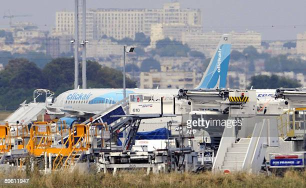 Picture taken on August 5 2009 at the Paris' Orly airport outside Paris shows an Airbus A320 flown by lowcost Spanish carrier Vueling after the...
