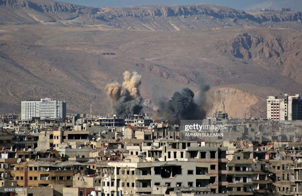 A picture taken on February 27, 2018 shows a view of smoke plumes rising following reported regime bombardment in the rebel-held neihgbourhood of Jobar, on the eastern edge of the Syrian capital Damascus. / AFP PHOTO / Ammar SULEIMAN