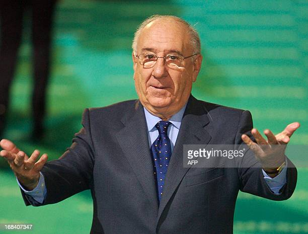 A picture taken on February 3 2008 shows Spanish actor Alfredo Landa gesturing upon his arrival at the Goya awards in Madrid Landa died on May 9 he...