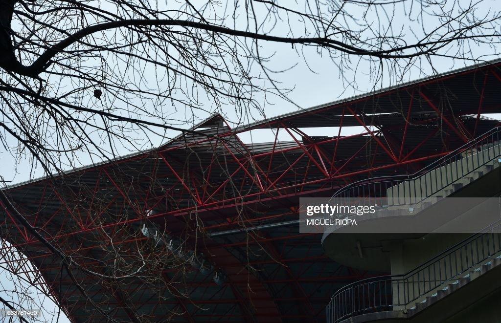 SPAIN-FBL-WEATHER-WIND-STADIUM : News Photo