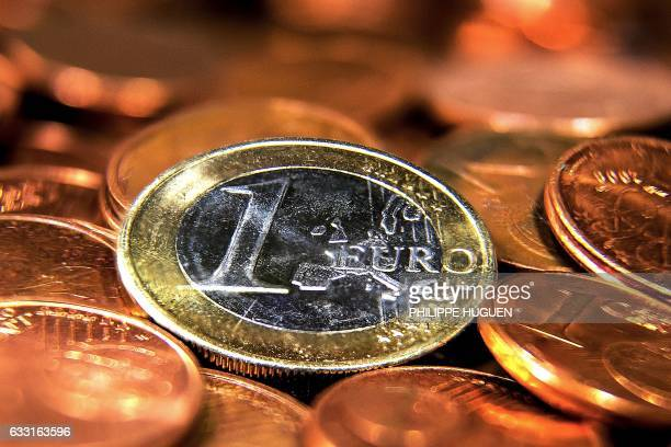 Picture taken on January 31 2017 in Lille northern France shows a one Euro coin / AFP / PHILIPPE HUGUEN