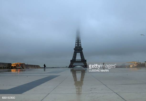 TOPSHOT A picture taken on January 31 2017 in Paris shows the Eiffel tower in a heavy fog / AFP / Ludovic MARIN