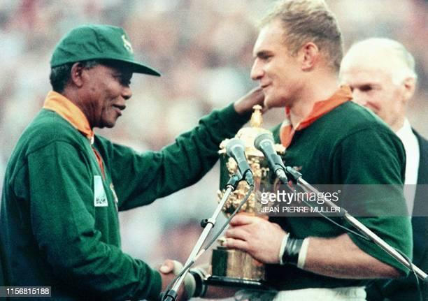 Picture taken on June 24, 1995 at Johannesburg showing South African President Nelson Mandela congratulating Springbok skipper François Pienaar after...