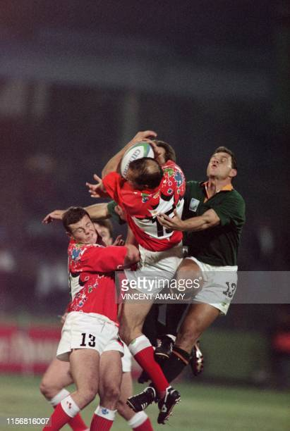 Picture taken on June 3, 1995 at Port Elizabeth showing Canada's back Scott Stewart getting the ball despite the opposition of South African center...