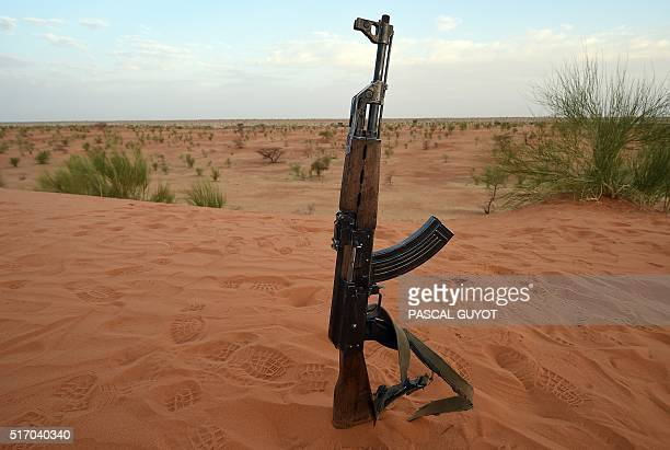 Picture taken on March 11, 2016 shows an AK 47 Kalashnikov assault rifle of the Malian army pictured in the region of Timbuktu. / AFP / PASCAL GUYOT