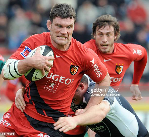 Picture taken on March 15, 2009 shows Toulouse's Fabien Pelous running with the ball during the French Top 14 rugby union match Toulouse vs Dax at...