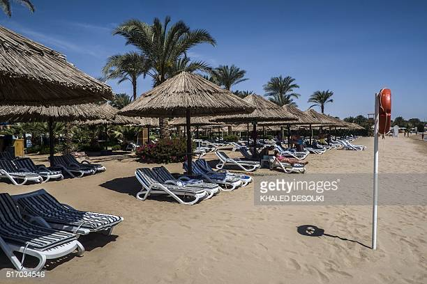 A picture taken on March 23 2016 shows a couple of tourists at the beach in the Egyptian Red Sea resort of Sharm elSheikh / AFP / KHALED DESOUKI