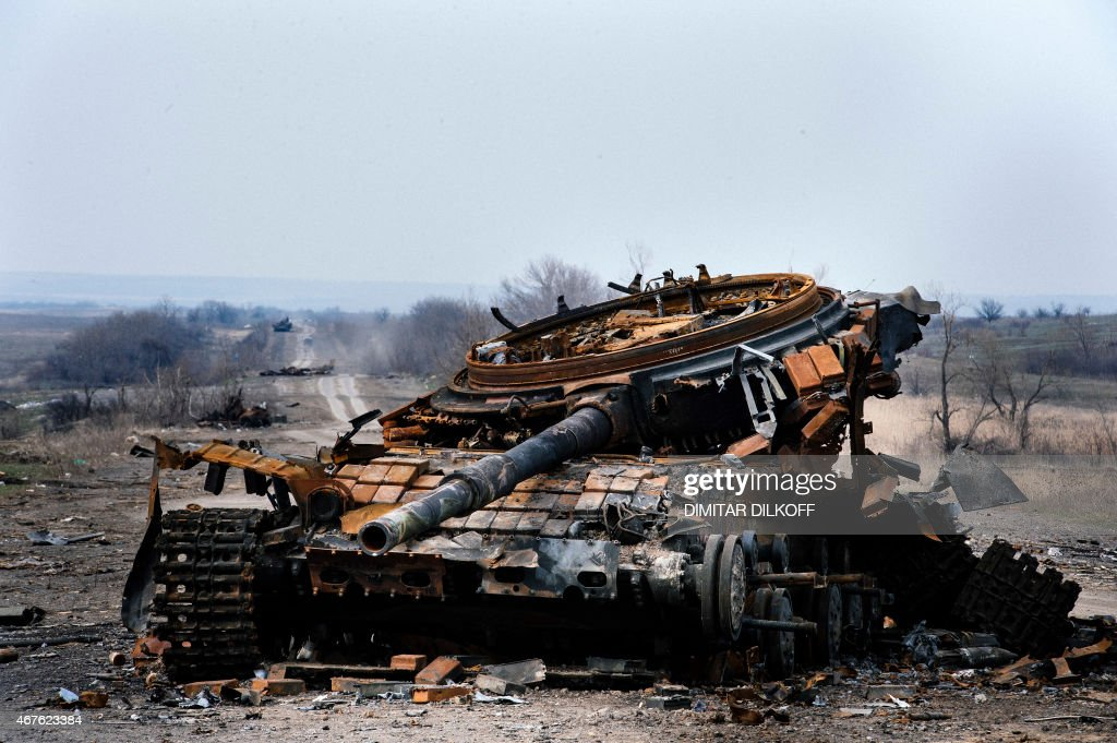 T-72B1 - Página 31 Picture-taken-on-march-26-shows-a-destroyed-t72-tank-on-a-road-near-picture-id467623384