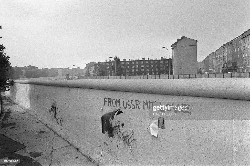 RETRO-BERLIN WALL-GRAFFITI : News Photo