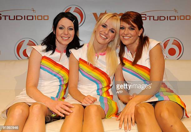 Picture taken on October 3 2009 shows Dutch singer Josje Huisman posing with Karen and Kristel from the Flemish girl band K3 after Josje Huisman was...