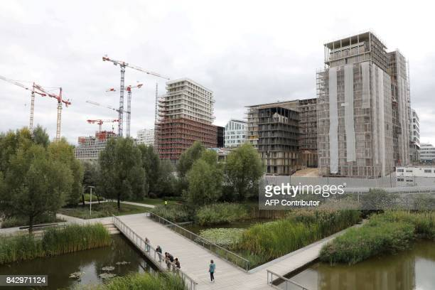A picture taken on September 5 2017 shows cranes and under construction sites and the Martin Luther King garden in Paris / AFP PHOTO / LUDOVIC MARIN
