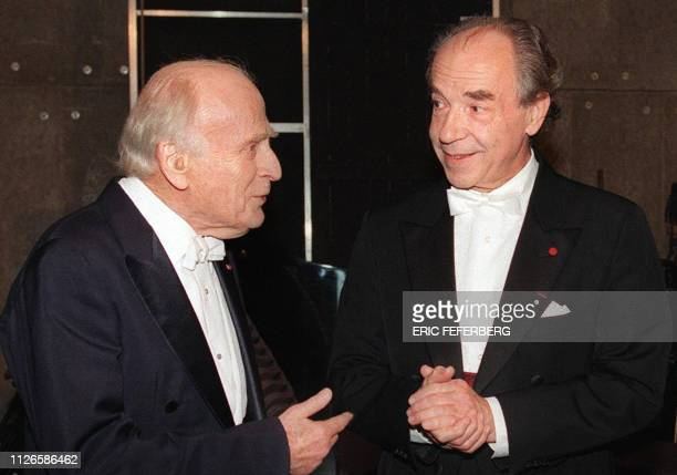 Picture tken on Nobember 18, 1997 shows violonist and director Yehudi Menuhin speaking with Austrian pianist Paul Badura-Skoda in Paris. Paul...