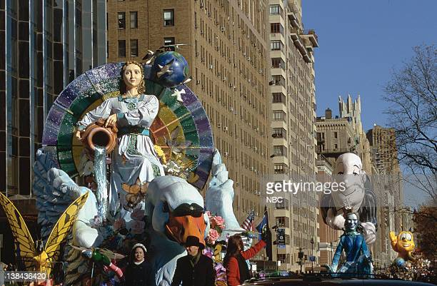 A float followed by Ask Jeeves and Honey Nut Cheerios balloons during the 2000 Macy's Thanksgiving Day Parade