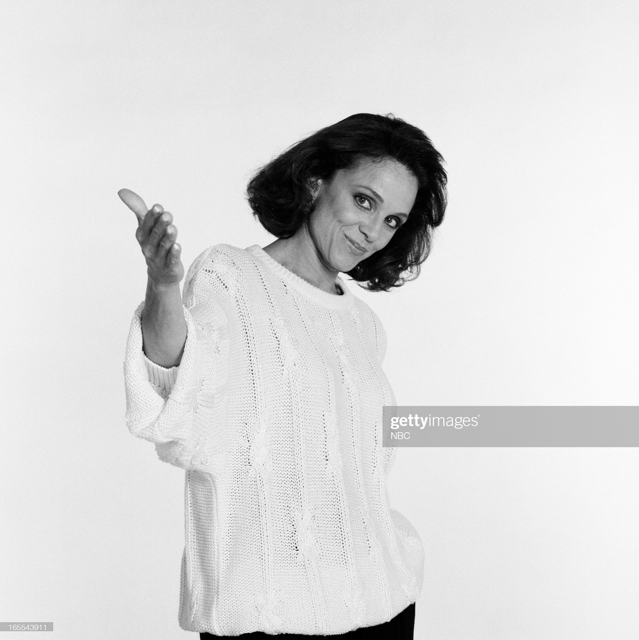 pictured-actress-valerie-harper-in-1986-picture-id165543911