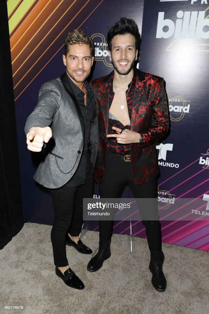 ¿Cuánto mide David Bisbal? - Real height - Página 3 Pictured-david-bisbal-and-sebastian-yatra-pose-backstage-at-the-bay-picture-id952176578
