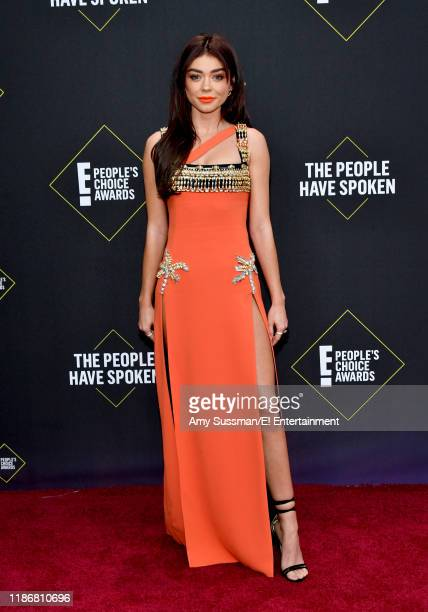Sarah Hyland arrives to the 2019 E People's Choice Awards held at the Barker Hangar on November 10 2019 NUP_188989