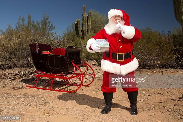 Bilder von echten Santa Claus in der Wüste Finger auf den Mund legen