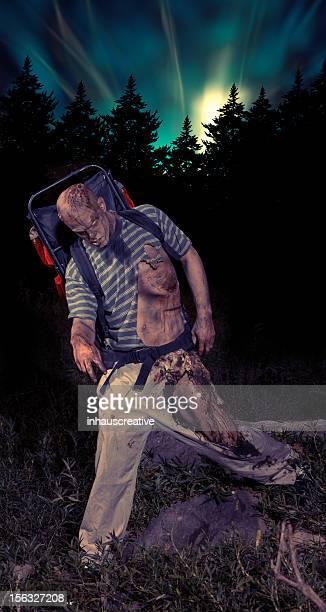Bilder von echten Zombie Rucksacktourist im Wald