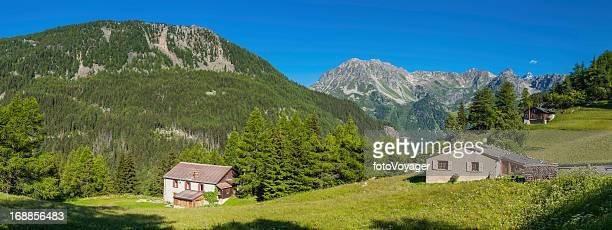 Malerische Alpine mountain chalets grünen Sommer Wälder