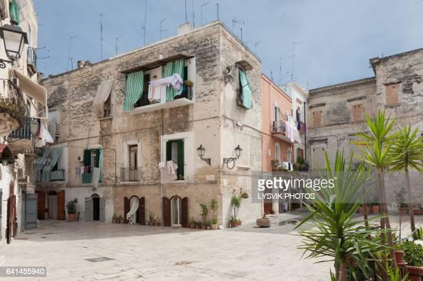 picturesque square in the old town of bari, puglia - les pouilles photos et images de collection