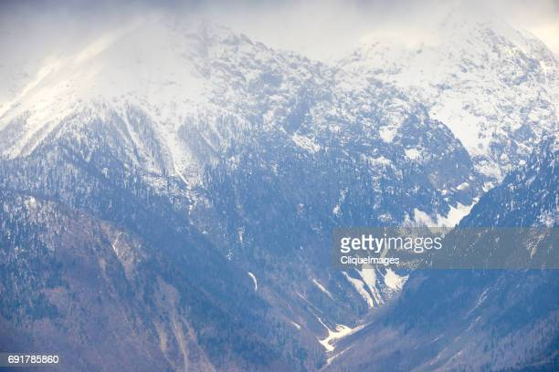 picturesque valley in snowy mountains - cliqueimages stockfoto's en -beelden