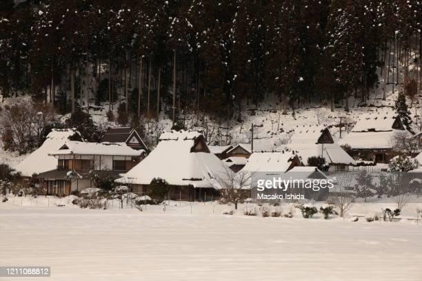 picturesque winter snow scene of traditional japanese thatched roof houses and farm field at miyama kayabuki-no-sato village ,kyoto prefecture,japan. - lugar histórico imagens e fotografias de stock