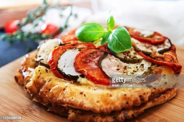 pie tomato zucchini mozzarella, pesto and virgin olive oil - crosta di formaggio foto e immagini stock