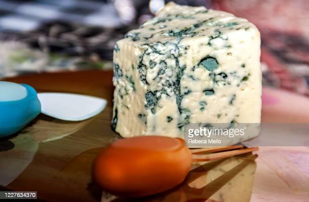 piece of gorgonzola cheese - blauwschimmelkaas stockfoto's en -beelden