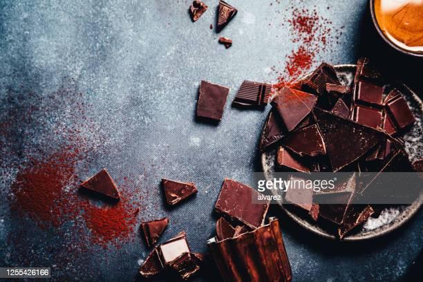 キッチンカウンターの生チョコレートの破片 - ダークチョコレート ストックフォトと画像