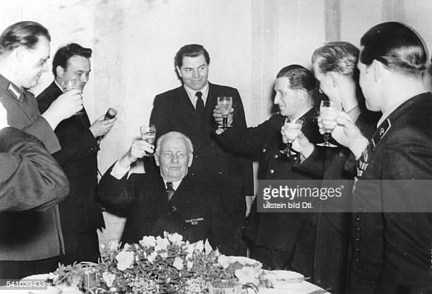 Pieck Wilhelm *03011876Politiker KPD/ SED DDRErster und einziger Praesident der DDR 80 Geburtstag es gratulieren Mitglieder des Zentralrats der FDJ...