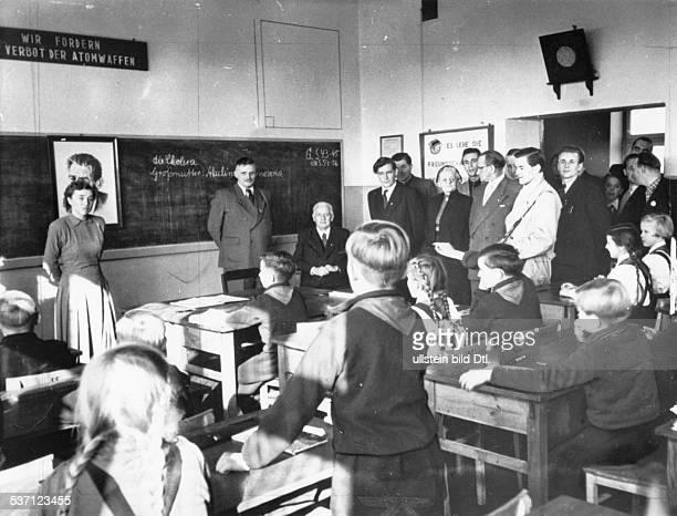 Pieck Wilhelm Politiker KPD/ SED DDR Erster und einziger Praesident der DDR nimmt am Unterricht einer 5 Klasse der Zentral und Oberschule in...