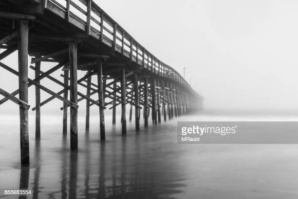 muelle en la niebla - muelle dársena fotografías e imágenes de stock