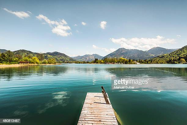 pier on lake tegernsee, bavaria, germany - lago - fotografias e filmes do acervo